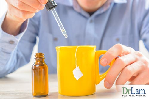 Man dropping synthetic sweetener in tea instead of healthy sweeteners