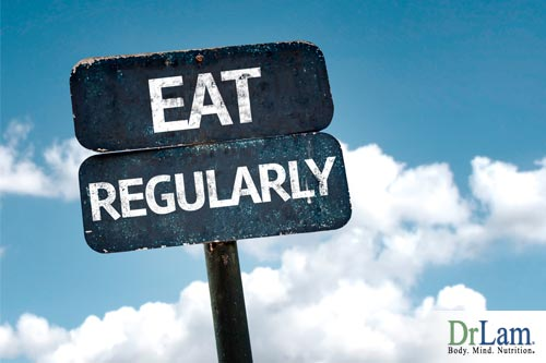 A sign with the text Eat Regularly, indicating that proper timing along with the nordic diet work together to improve health